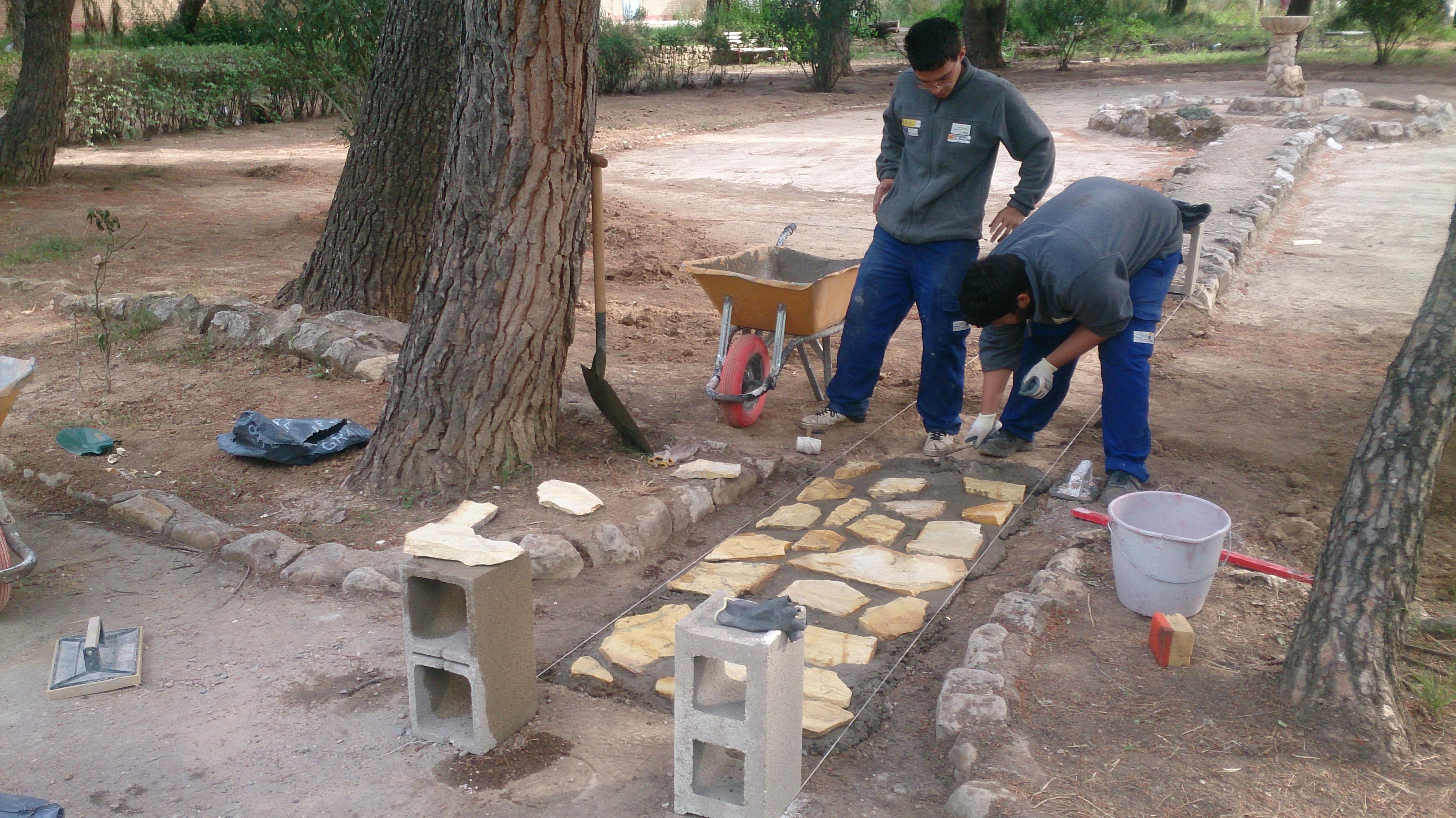 Caminos de hormig n con piedras escuela taller parque for Caminos de piedra en jardines